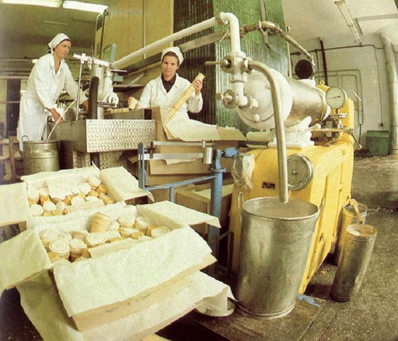 То самое советское мороженое, которое скупал весь мир. Взбиваю, замораживаю и посыпаю орехами.