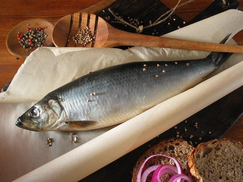 Я завернула сельдь в пленку и оставила в холодильнике. Через час вся семья лакомилась нежной рыбкой!
