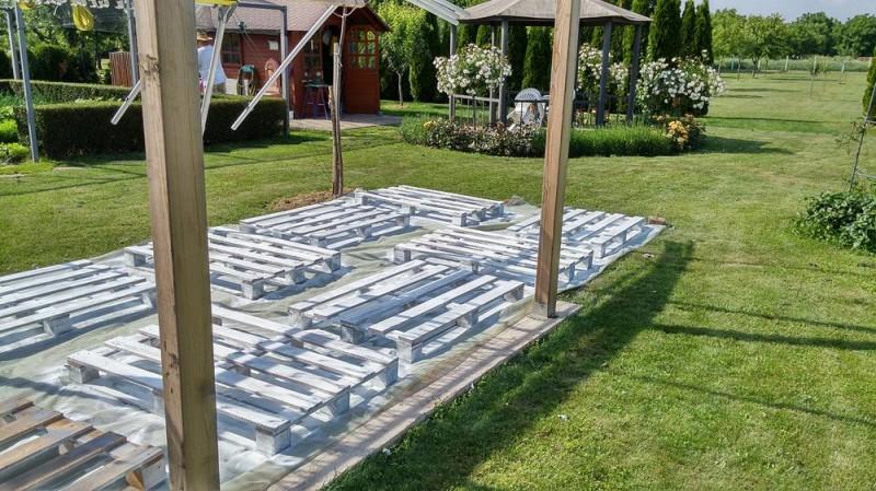 Она разложила 20 поддонов в саду. Результат заставил меня по-доброму ей завидовать!